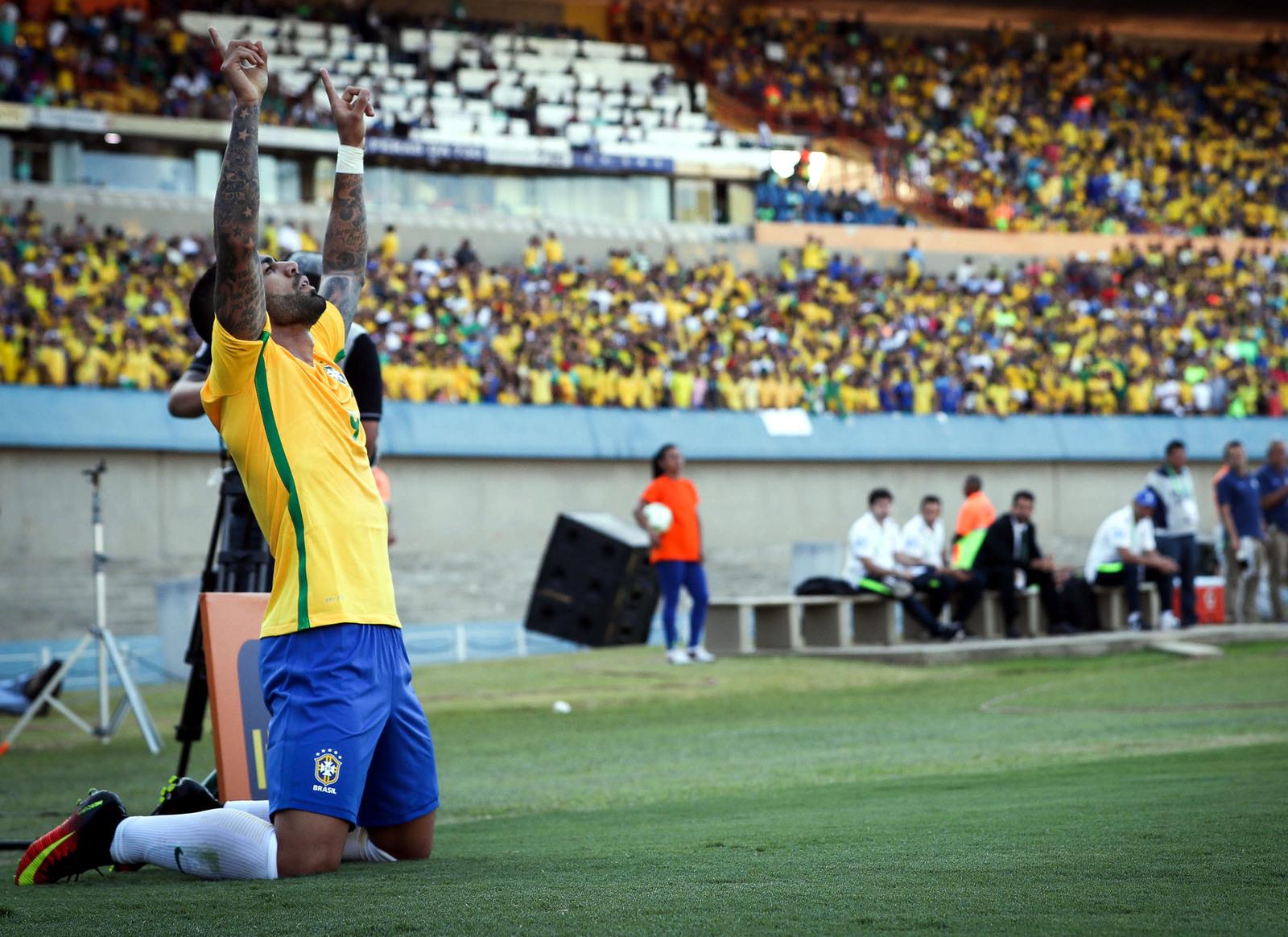 Бразильский футболист Габриэль забил гол в ворота Японии в товарищеском матче, проходившем в преддверии Олимпиады