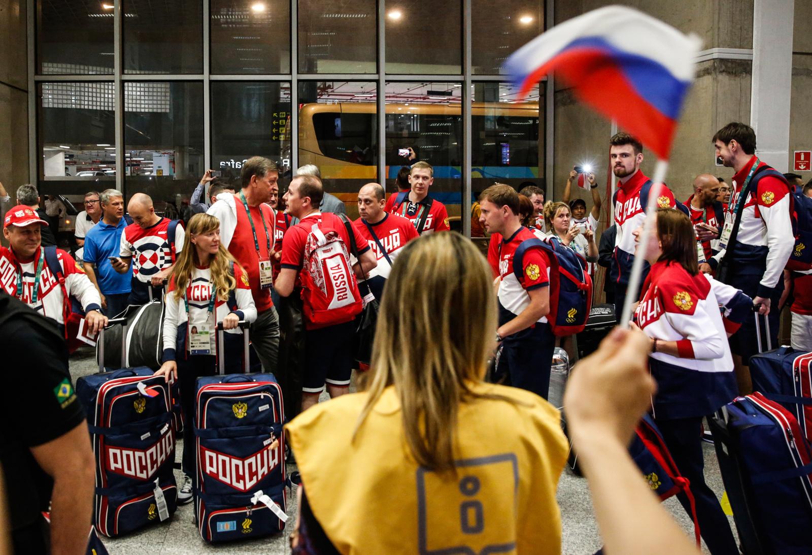 Болельщики встречают сборную России в бразильском аэропорту