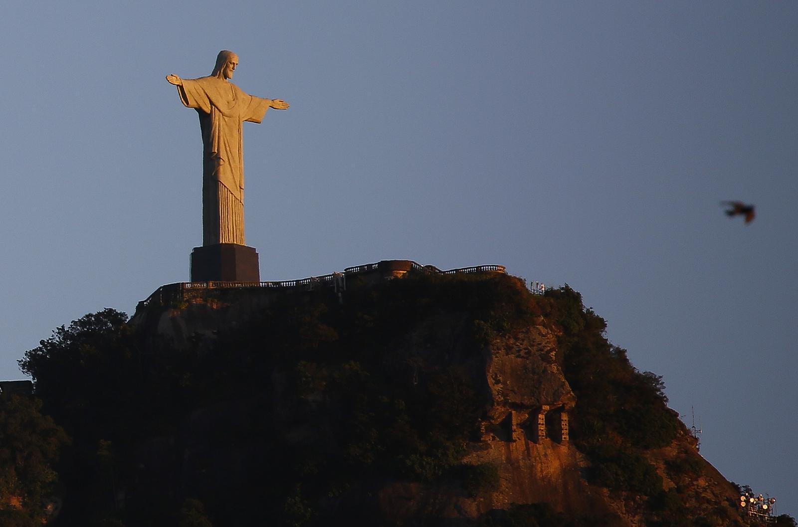 Каждое утро статуя Христа приветствует просыпающийся город