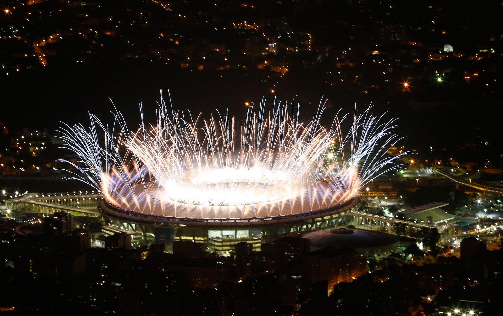 Праздничный фейерверк на церемонии открытия олимпийских игр
