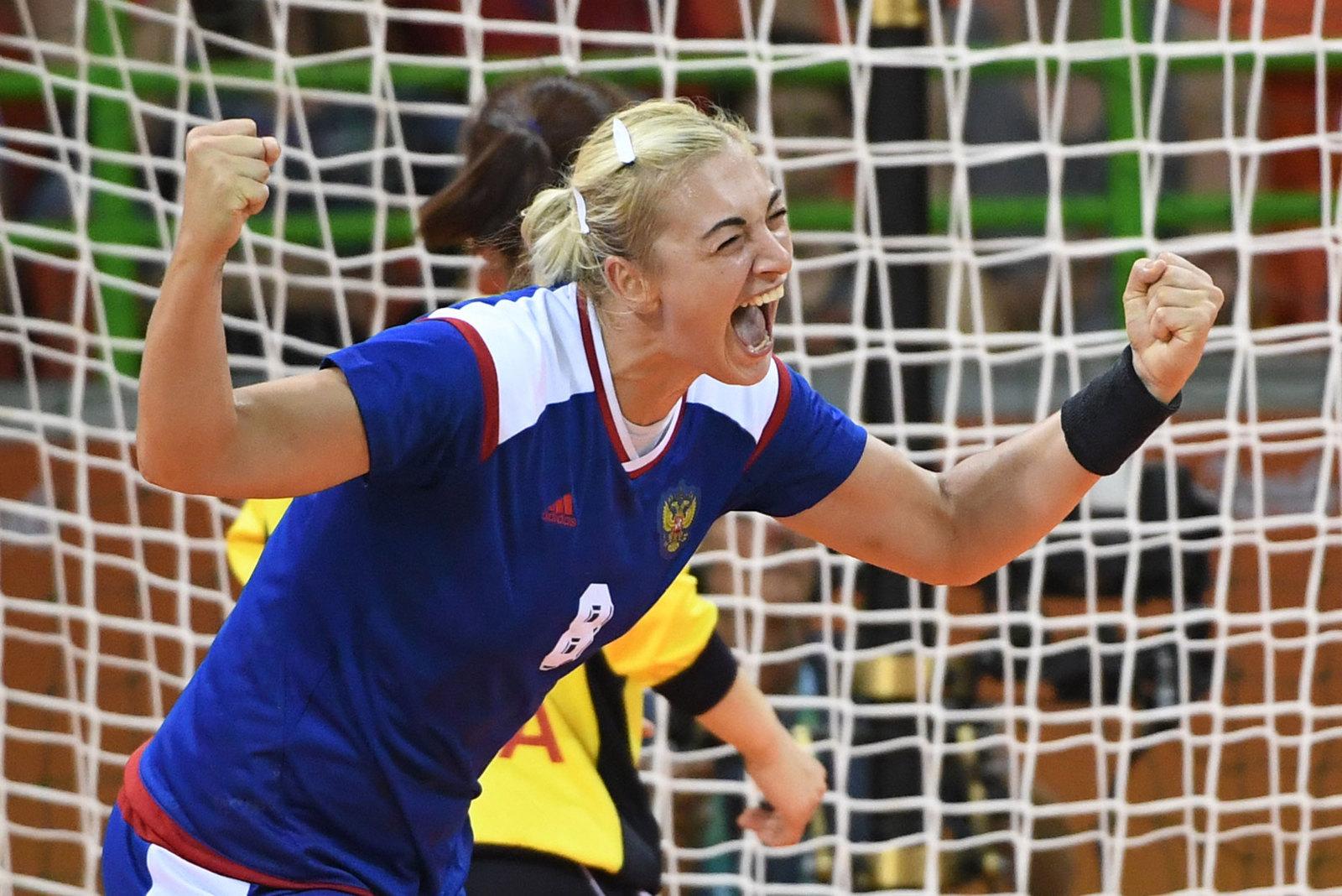 Гандболистка Анна Сен празднует гол в ворота Южной Кореи