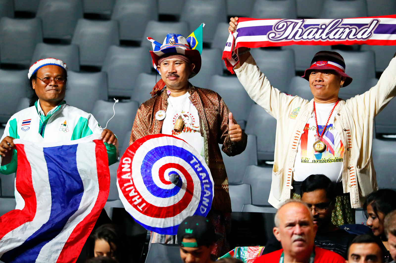 Тайские болельщики поддерживают своих тяжелоатлетов