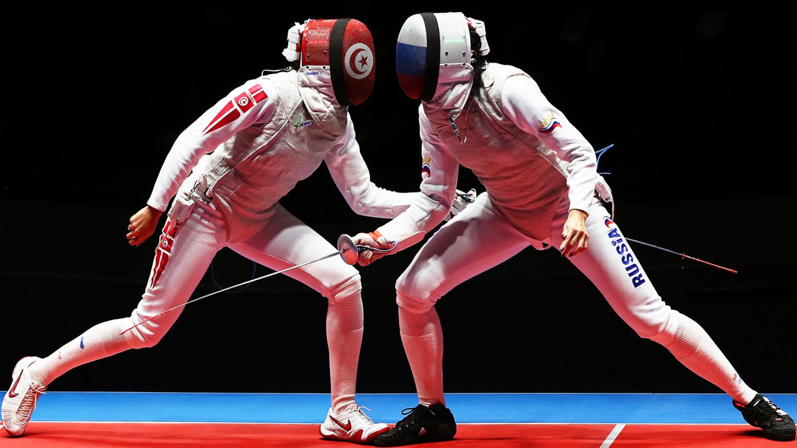 Эпизод фехтовального поединка россиянки Аиды Шанаевой (справа) с представительницей Туниса Инес Бубакри