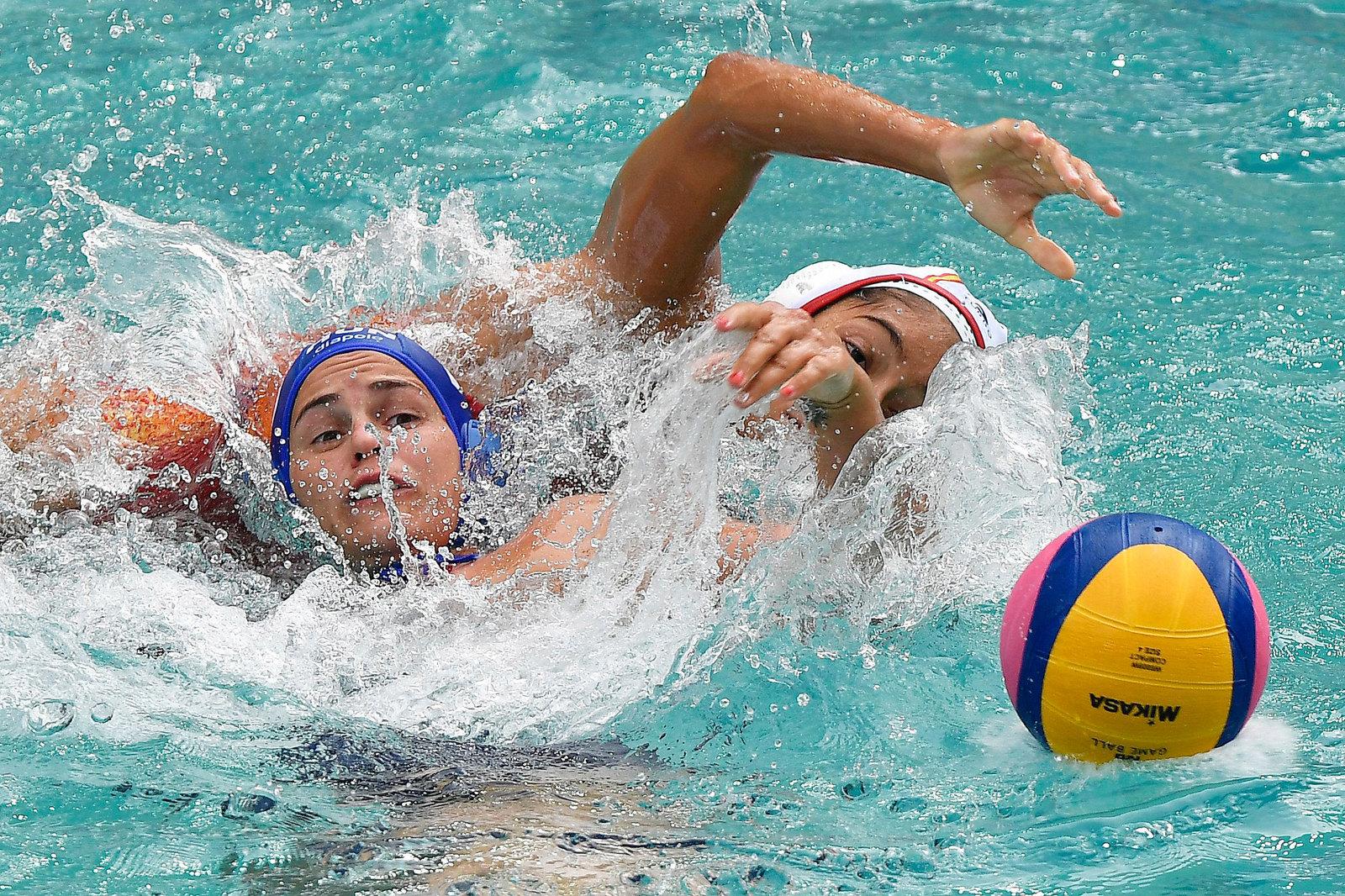 Поединок венгерок и испанок на олимпийском турнире по водному поло