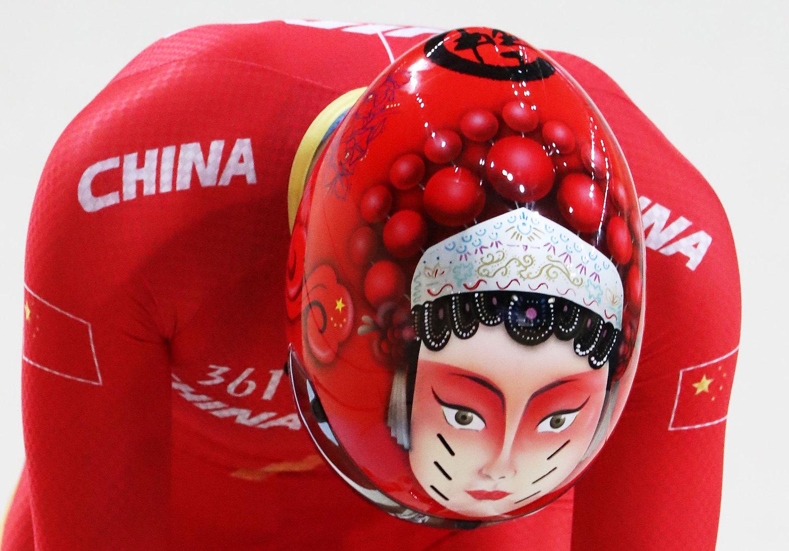 Шлем китайского велосипедиста, специализирующегося на треке
