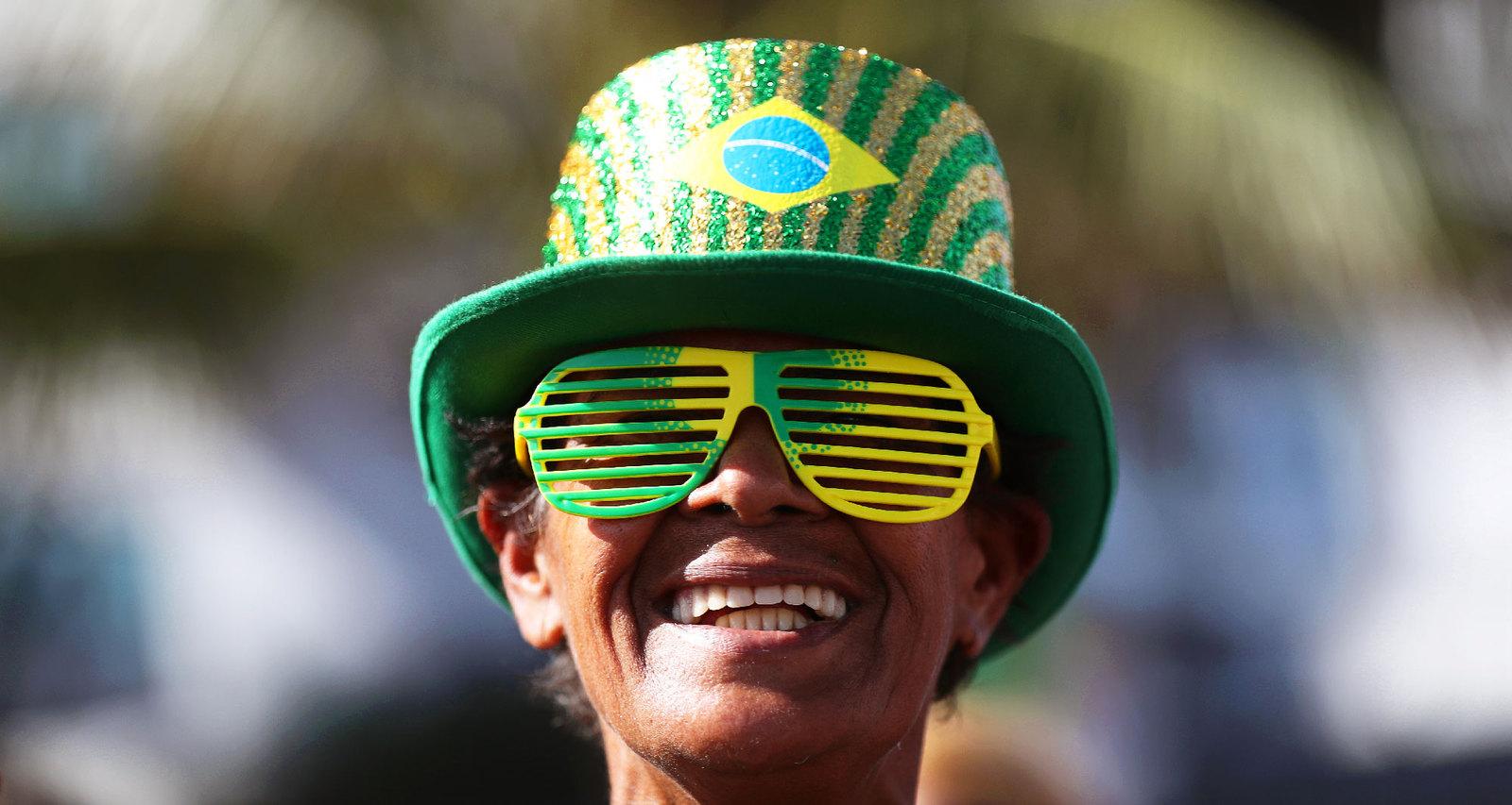 Обычный набор бразильского болельщика - яркая шляпа и оригинальные очки