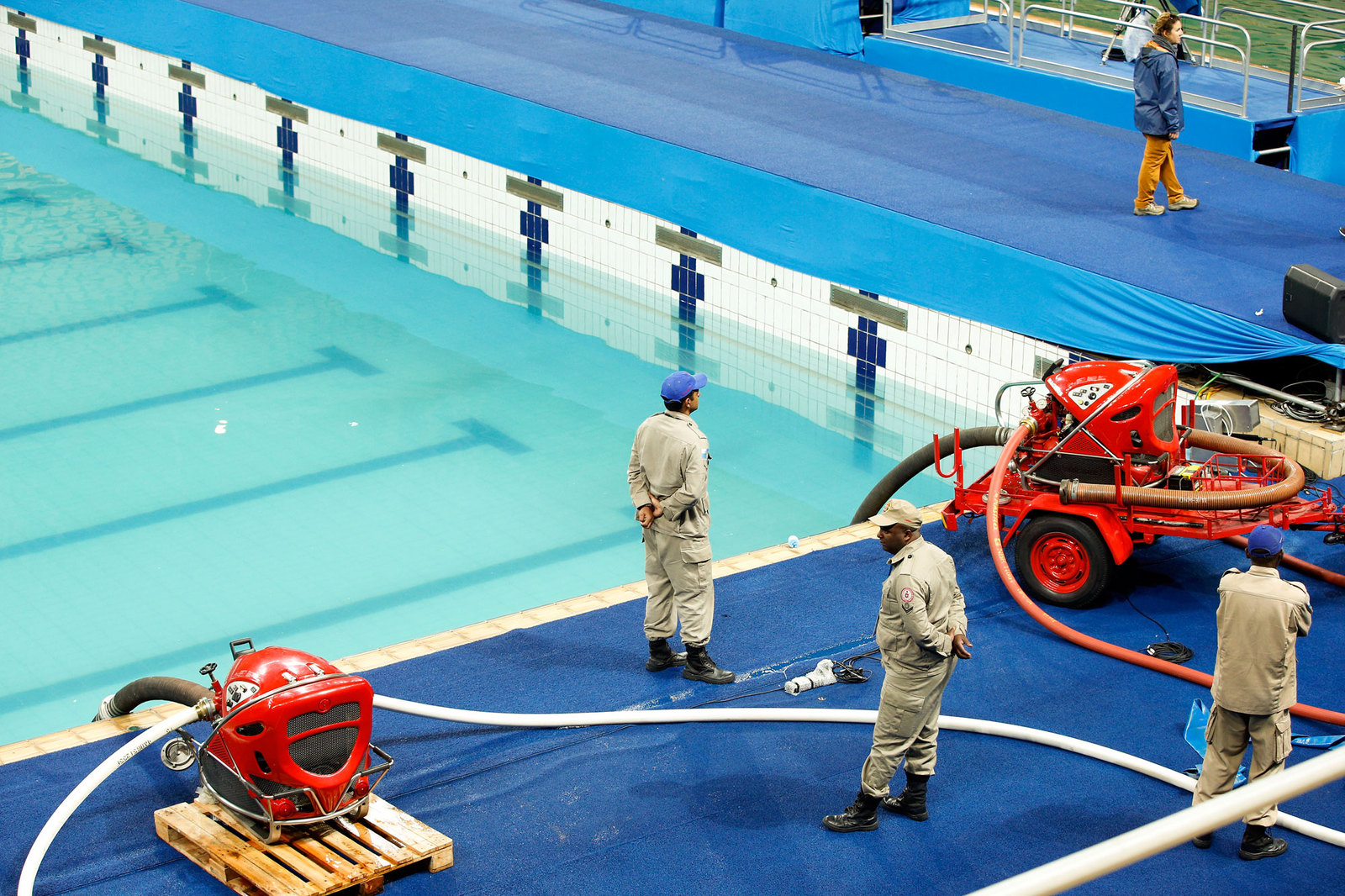 После того, как вода в олимпийском бассейне стала молочного цвета, организаторами было решено откачать ее и залить чистую из тренировочного бассейна