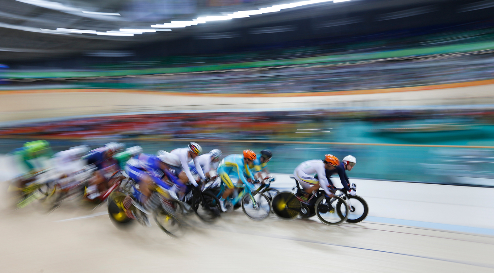 Соревнования на велодроме в самом разгаре