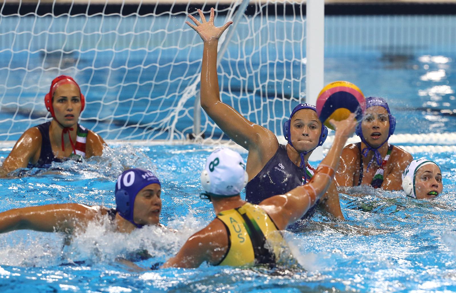 Женские сборные Австралии и Венгрии по водному поло