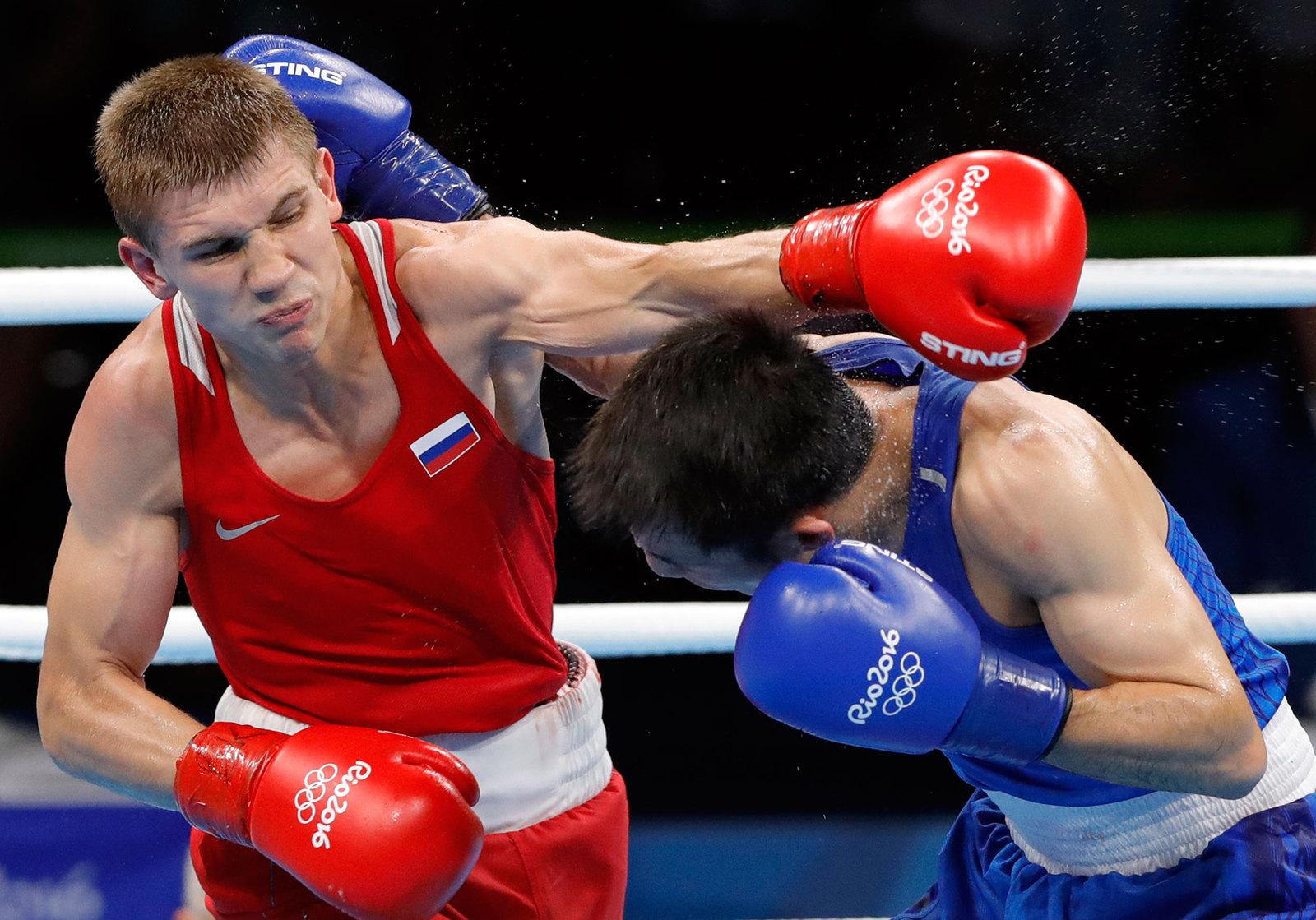 Боксер Виталий Дунайцев (справа) бьется с Куанксун Ху за  выход в дельнейший раунд