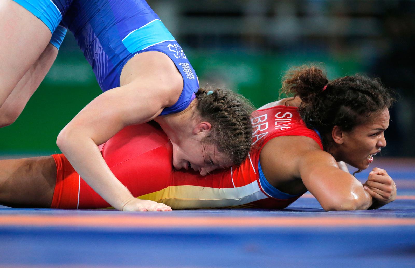 Россиянка Екатерина Букина в борьбе против Бразильянки Элин да Силва Феррейра