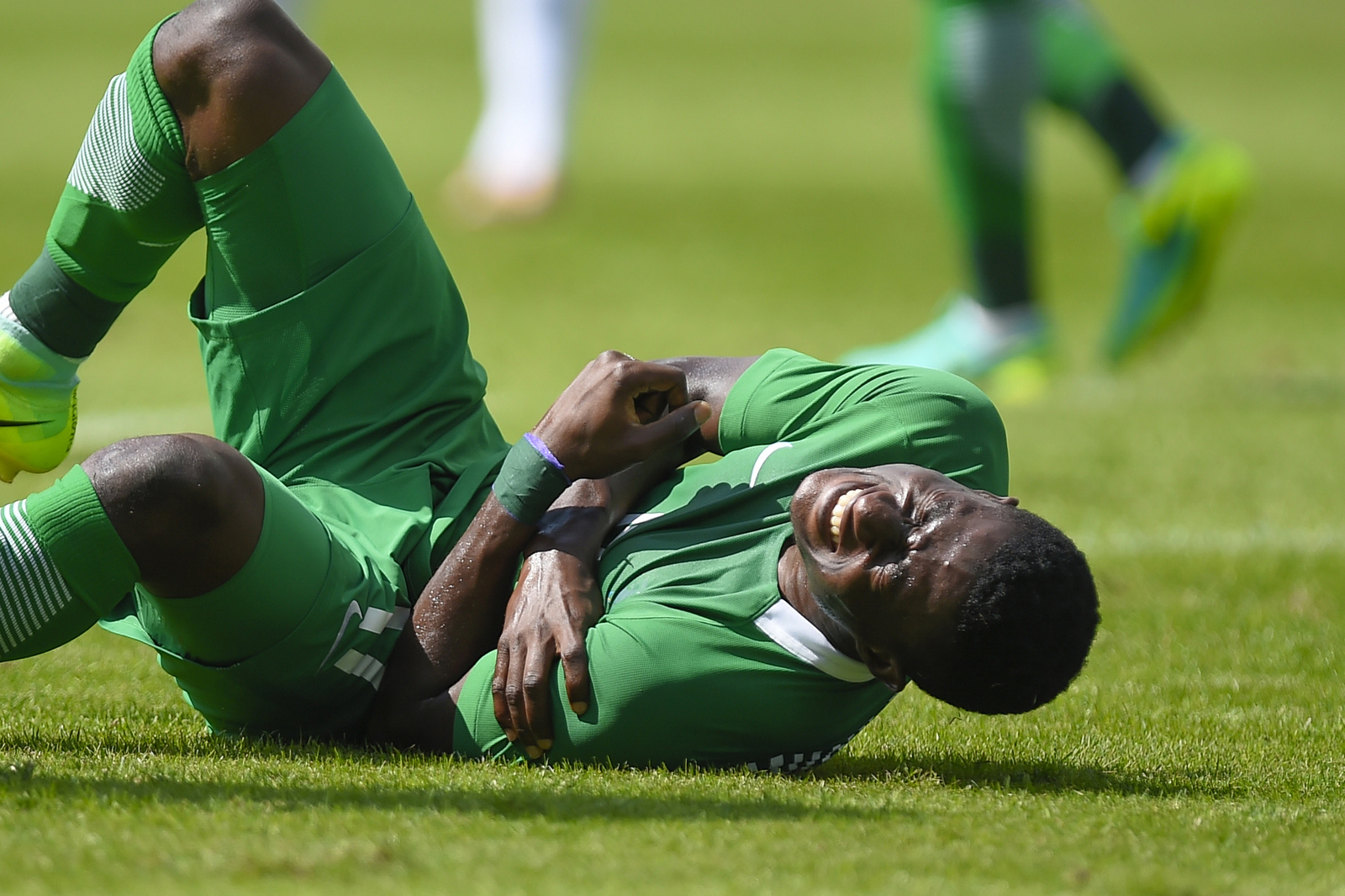 Нигериец Усма Мухаммед получил травму во время матча по футболу