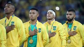 Бразильские футболисты после победы в матче