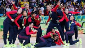 Американские баскетболистки с золотыми медалями