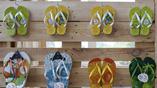 В сувенирных олимпийских лавках можно подобрать себе летнюю обувь