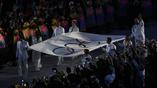 Делегация великих бразильских спортсменов несет олимпийский флаг