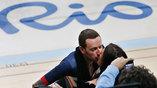 """Бредли Уиггинс целует свою жену после командного """"золотого"""" заезда в гонке преследования"""