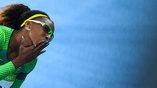 Бразильская бегунья Сантос, специализирующаяся на 100 м, посылает зрителям воздушный поцелуй