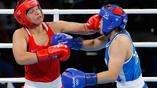 Боксерша из России Ярослава Лакушина (слева) против спортсменки из Тайваня Нйен-Чин Чен (справа)