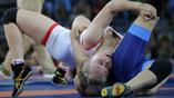 Женщины-борцы вступили в борьбу за медали