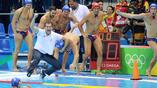 Сербские ватерполисты - чемпионы Олимпийский игр в Рио, - бросают в воду своего тренера