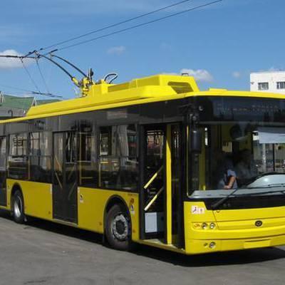 Троллейбус столкнулся с легковым автомобилем на западе Москвы