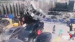 Взлетевший моторхоум рухнул на полный людей паром (жуткое видео)