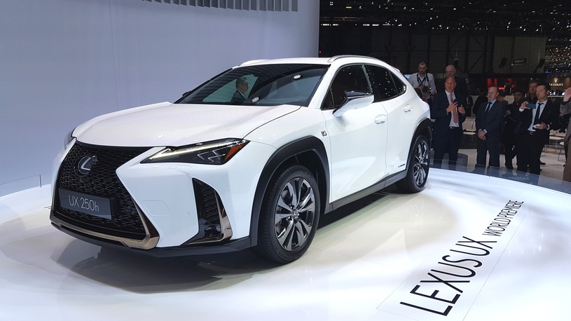 Названы сроки начала продаж в России самого доступного кроссовера Lexus
