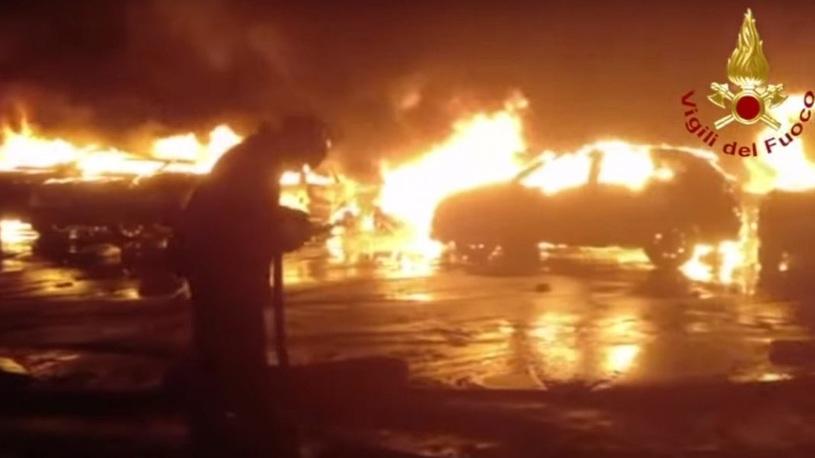 В итальянском порту сгорели сотни Maserati
