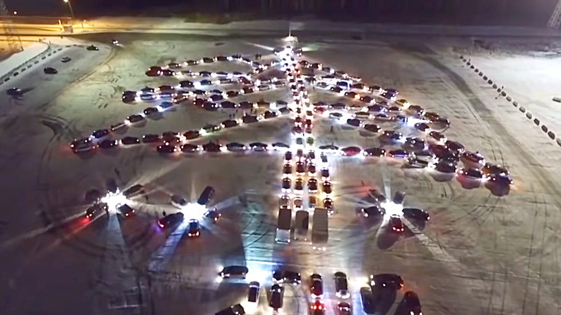 В Екатеринбурге составили гигантскую елку из 213 автомобилей (видео)