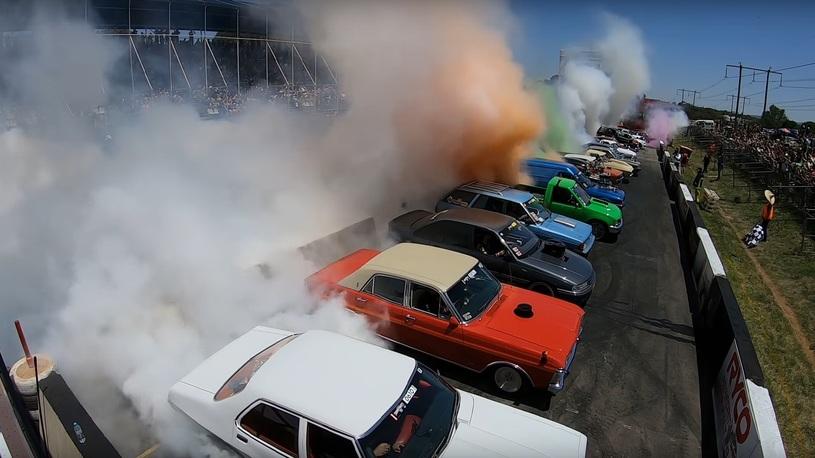 Посмотрите, как одновременно жгут покрышки 126 машин!