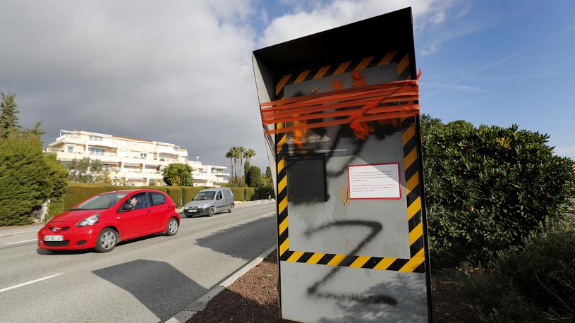 Во Франции протестующие уничтожили сотни дорожных камер