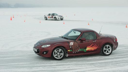 Скользим по ледяному озеру на зимнем курсе спортвождения Mazda