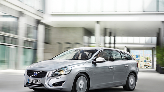Гибридный Volvo V60 появится в России в следующем году