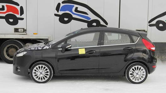 Шпионы засняли на тестах фейслифтинговый Ford Fiesta