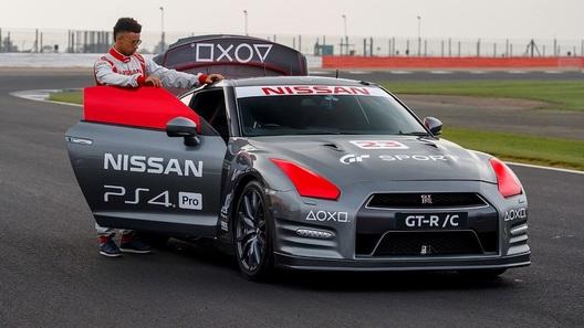 Nissan GT-R проехал по Сильверстоуну, управляемый джойстиком от видеоигры