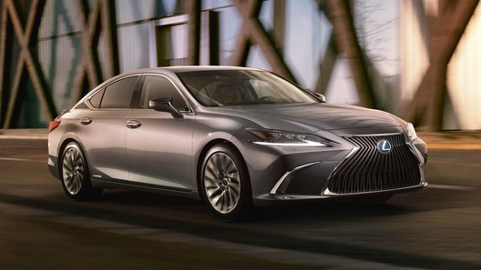 Lexus почти полностью рассекретил новое поколение седана ES