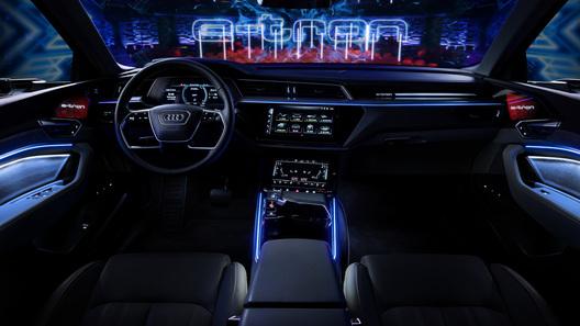 Новый электрокроссовер Audi: официальные фото интерьера