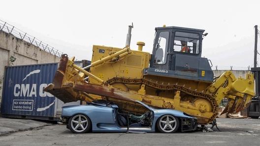 Контрабандный Ferrari 360 Spider безжалостно раздавлен бульдозером (видео)