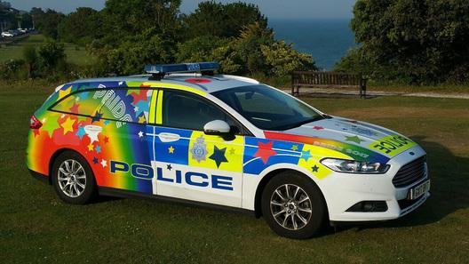 Полицейские машины на Западе все чаще окрашивают в цвета радуги. Той самой