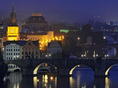 В Праге десантник приземлился на женщину с ребенком