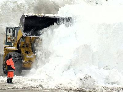 В Сочи ветер сносит крыши, а в Крыму сошла лавина