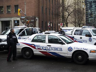 """В канадском """"Макдоналдсе"""" мужчина напал на посетителя с топором"""