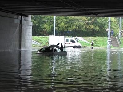 Дождь в Москве: Яуза вышла из берегов, людей эвакуируют из затопленных машин