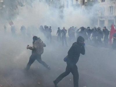 Парижские лицеисты закидали полицейских камнями и бутылками