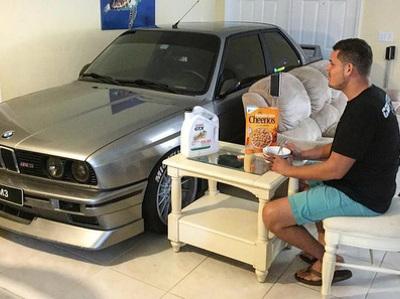 Владелец спрятал BMW M3 от урагана у себя дома