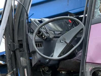 Под Темрюком водитель легковушки выскочил на встречку перед автобусом с детьми