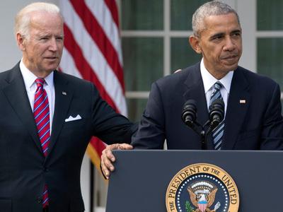 """""""Крепкая мужская дружба"""": Обама наградил Байдена медалью"""