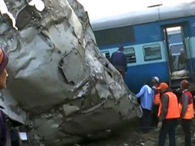 Крушение поезда в Индии: число погибших и раненых растет