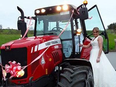 Невеста исполнила мечту, приехав на свадьбу на тракторе